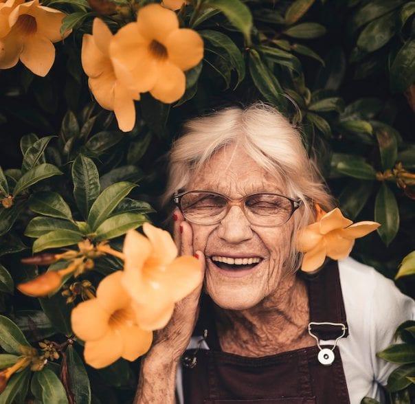 Oma mit Blumen